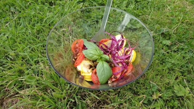 Salade estivale colorée au chou rouge, courgette jaune et tomate ancienne